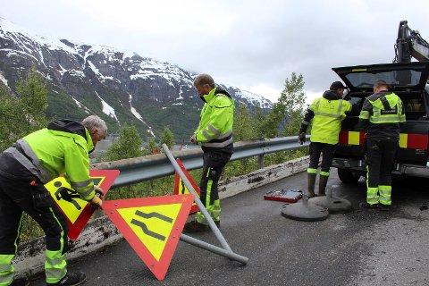 Ordner skilt: Denne gjengen har skiftet stikkrenne, og nå ordner de skilt, ettersom veien ikke lengre blir stengt, men innsnevret. fv Trond Sørdal, Arne Kummermo, Espen Isaksen og Terje Vesterlid.