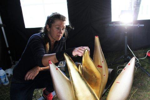 FORGYLLING: Stephanie Backes holder for tiden på med å restaurere skulpturen Tre Éldar. Her renser hun overflaten før hun begynner med forgyllingen på delene som gjenstår.