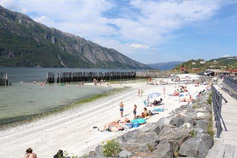 POPULÆR: Bystranda har blitt en veldig populær plass for store og små. Ikke spesielt høy badetemperatur, men koselig på stranda. Foto: Trond Odin Johansen