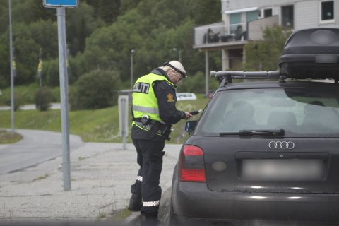 ALKOTEST: Her ber UP-betjent Mentzoni sjåføren om å blåse i alkometeret.