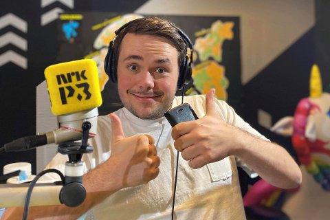 OVERRASKET: Det ble en gledelig overraskelse for Jakob Naustdal da han fikk seg sommerjobb i NRK P3. Her er han på jobb, og har fire timer sendinger om dagene fra elleve til femten.
