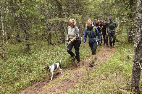 I GANG: Tone Merete Kristiansen (t.v.), Cathrine Remmen og hunden Bellona i fint driv ved oppstart ved Sandvikbakken lørdag morgen. Alle foto: Jon Steinar Linga