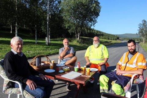 Mandag ble ny E6 feiret med kaffe og vafler. fv. Roald Luktvasslimo og John Luktvasslimo inviterte Jan Harald Jakobsen og Eirik Isaksætre for å feire den nye veien og stillheten som fulgte med.