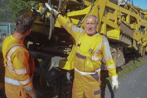 KLAR FOR OPPDRAG: 33.000 nye jernbanesviller skal legges fra Trofors og nordover. Tyske Sven P. er en av fagarbeiderne på sporombyggingstoget.