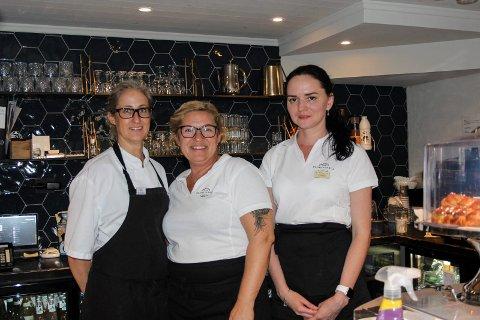 Åpnet: Kjøkkensjef Carmen Pereto (venstre) begynte i sommer, Ann Kristin Sætern er ansvarlig på stedet og servitøren Tetiana Marianchyk hadde sin første dag på jobb onsdag.