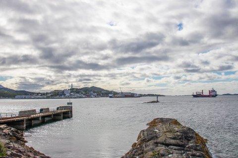 KOLLISJON: Båten traff skjæret Suttaren utenfor Leinesodden. Vi ser skjæret rett uenfor odden (t.h.) i forgrunnen. Sandnessjøen i bakgrunnen.