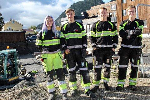 Foran tomt: Noen av lærlingene Olea Jacobsen (21), Snorre Bjørgan (17), Vegard Tverå (22) og Henrik Bakken (19) skal sannsynligvis jobbe her på Fearnlys terrasse når prosessen har kommet lengre.