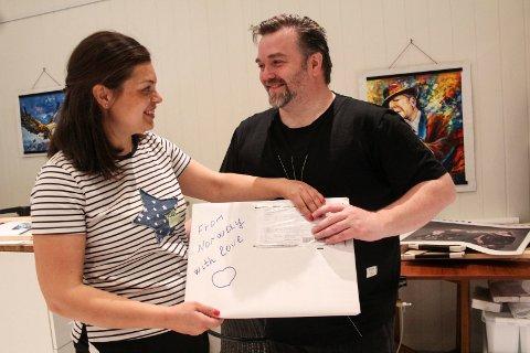 Håndskrevet: Nadia Almås og Jan Helge Almås holder opp en av pakkene som skal sendes med en håndskreven beskjed.