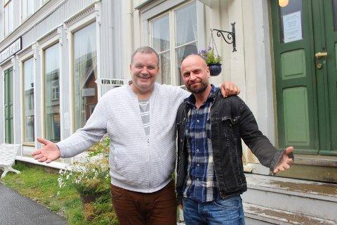 Velkommen: Øyvind Valrygg og Lars-Erik Ovesen ønsker folk velkommen til å ta en pause til ettertanke.