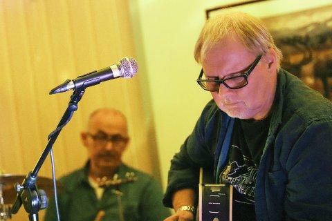 Ernst og Jång: Gitarist Knut Hov og trommis Harry Hansen (bak) på Kulturverkstedet fredag kveld.