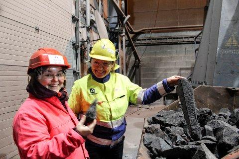 Med utgangspunktet: Ellen Myrvold og Ida M. Larsen tar på restproduktet som skal sjekkes om det kan videreforedles.