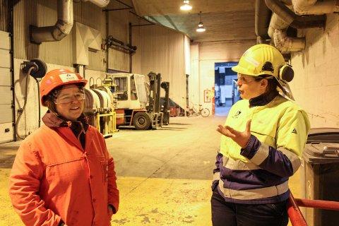 Viser rundt: Ellen Myrvold (høyre) viser rundt Ida M Larsen fra MON på verket.