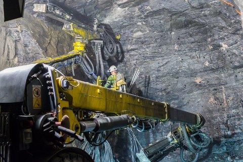 Hæhre Entreprenør AS har gått til retten og stevnet Smisto Kraft AS for å få nesten 600 millioner kroner i ekstra betaling byggingen av to kraftverk inne i Gjervalen i Rødøy kommune. Nå behandles søksmålet i Rana tingrett.