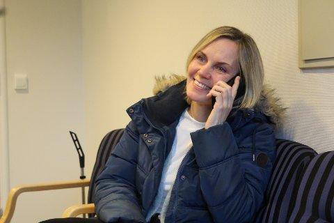 Hanne Maren Valåmo er vaksinekoordinator for denne vaksineringen. Snart skal hun og ti andre ringe rundt til mange vefsninger. Da håper hun at alle tar telefonen med en gang.