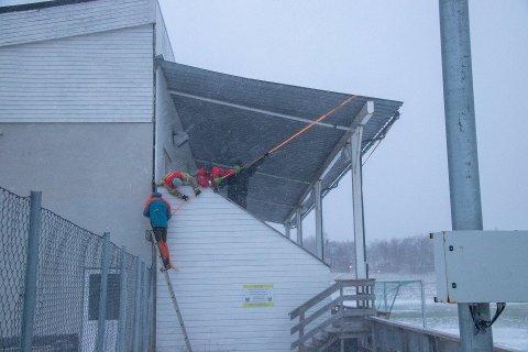 HEFTIG: Stormen Frank holdt på å ta med seg et blikktak på Stamnes i Sandnessjøen torsdag.