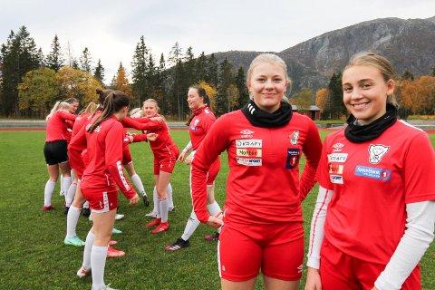 STOLTE: Siri Grønvik (t.v.) og Oda Brygfjeld er stolt over å være i kvartfinalen, og de gleder seg til søndagens kvartfinale mot Hyggen IF.