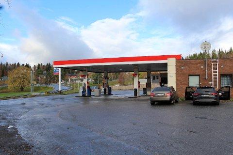 Salgs: Eier har tilbudt Grane kommune å kjøpe eiendommen på Aspneset på Trofors, som i dag brukes til bensinstasjon.