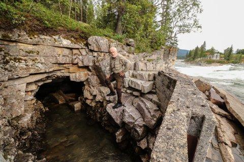 LAKSETRAPP: Her er Jim Nerdal fotografert ved inngangen til tunnelen på vestsiden av Fellingforsen. Totalsummen på prosjektet er estimert til 3,5 mill, og er finansiert av Miljødirektoratet, Statsforvalteren i Nordland, Nordland Fylkeskommune, Statskog, samt Grane og Vefsn Kommune.