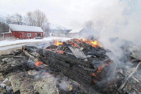BRANT NED: Klokken 02.26 natt til lørdag bestemte brannvesenet seg for å foreta en kontrollert nedbrenning av huset på Myrmoen i Holandsvika.
