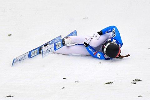SMERTER: Slik ble Eirin Maria Kvandal liggende i bakken, og hun holdt seg på høyre kne. Tydeligvis med sterke smerter.