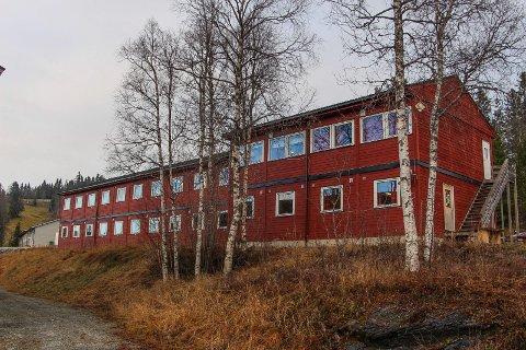 Salg av hotellbrakkeriggen i Hattfjelldal får et etterspill. Nå krever Hattfjelldal den tidligere eieren for 69 000 kroner.