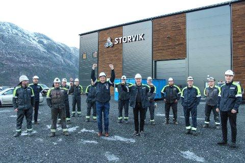 NYTT: Ansatte i Storvik AS foran nybygget på Baustein. Selskapet vurderer å søke Vefsn kommune om en opsjonsavtale for kjøp av et område som på bildet ligger til høyre for bygget.