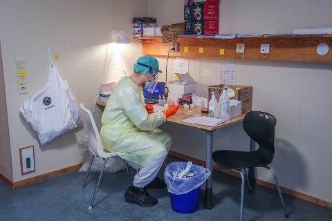 RAMMET: Vi har hele tiden sagt at det ikke er et spørsmål om, men når Tromsø blir rammet av et nytt smitteutbrudd, sier kommunens smittesporings-leder. Her fra testsenteret i Kroken bydel.