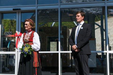 DRONNINGBESØK: Dronning Sonja  åpnet skyliften i Loen 20.mai 2017. Her sammen med daglig leder Richard Grov.