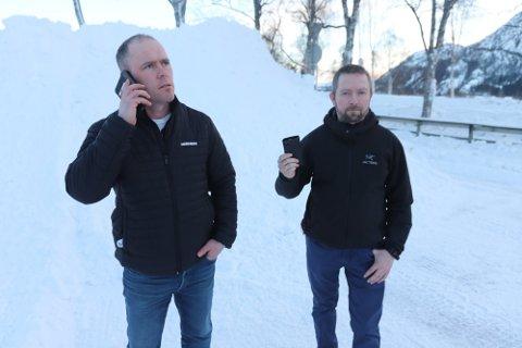 INGEN DEKNING: Rune Ravatsbakk (t.v.) og Per Ole Nikolaisen har ingen mobildekning i Eiterådalen, men nå er det planer om en ny basestasjon.