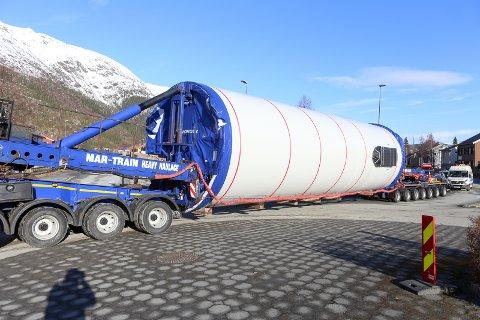 FØRSTE: De første transportene av turbindeler til Øyfjellet vindkraftanlegg ble gjort før påske. Turbindelene ligger på mellomlager på Elvdalsfjellet fram til starten av bygging i slutten av april.