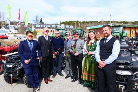 Primus motor: F.v Heine Olderli, Ruben Olderli, Kris Juliussen, Niklas Bjørkås, Ken Ronny Nilsen, Rosemari Aasen og Markus Forsmo sto bak det alternative 17.mai-toget i Hattfjelldal.