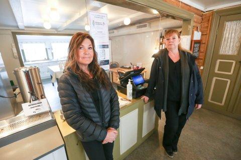 MÅ BETALE: Erika Bjørkås (t.v.) og Heidi Ånes fra Akantus Mosjøen og Kulturverkstedet må betale skjenkeavgift selv om omsetningen har vært unormalt lav under koronapandemien.