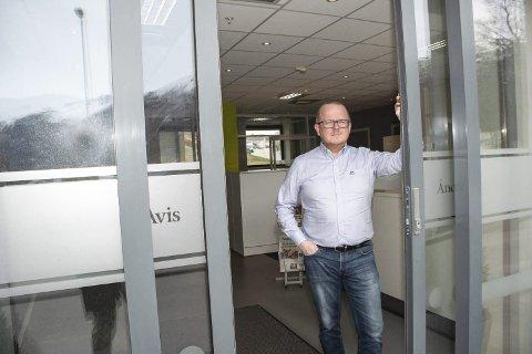 LOKALAVISA: Daglig leder og redaktør i Åndalsnes Avis, Per-Kristian Bratteng, tvilte seg fram til et ja for gondol på lederplass i avisen.  Foto: Eva Kavli, Åndalsnes Avis