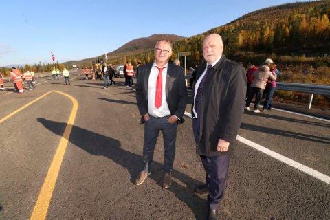 UTÅLMODIG: Bjørn Ivar Lamo, her fotografert sammen med Jann-Arne Løvdahl i 2019, ser det stadig kommer nye byggeprosjekter her i landet. Samtidig er ikke arbeidet med de to siste parsellene på E6 i Grane ferdig.