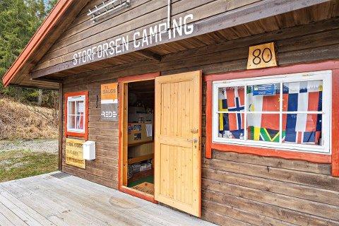 TUNGSOLGT: Storforsen camping har vært til salgs i to år, men fortsatt må dagens eier forberede seg på en ny sesong bak roret.