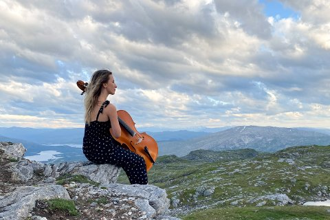 Tiril Holand fra Mosjøen har spilt cello siden hun var sju år gammel. Mandag fikk hun spille i helt nye omgivelser.