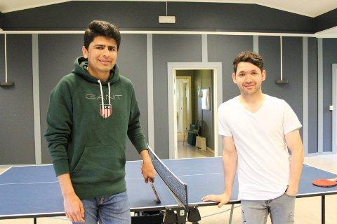 Fritida sammen: Hedajat Jabrkhel og Imran Tarakhel og tilbringer er en del av fritida sammen på Topic. Da er det blant annet bordtennis som står på programmet.
