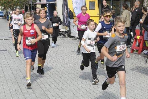 DE YNGSTE: Starten på 5 km. Oskar Torsetnes, Jens Lintho Byhrø, Viljar Fagerli, Iselin Fagerli og Inger Lise Bech.