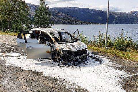 Mandag ettermiddag begynte det å brenne i en bil nord for Hjartåstunnelen på Fv 78 utenfor Mosjøen.