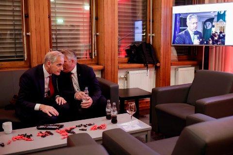 Ap-leder Jonas Gahr Støre t.v. i samtale med nestleder Bjørnar Skjæran under Arbeiderpartiets valgvake på Folkets hus ved stortingsvalget 2021.