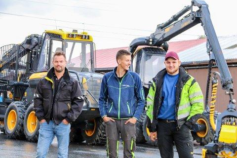 SPENT: Daglig leder i Nordnorsk kompetanssenter skog, Ben Roger Dyrhaug (t.v) har ansvaret for lærlingene Johannes Øverleir (i midten) og Snorre Nordhøy (t.h.)