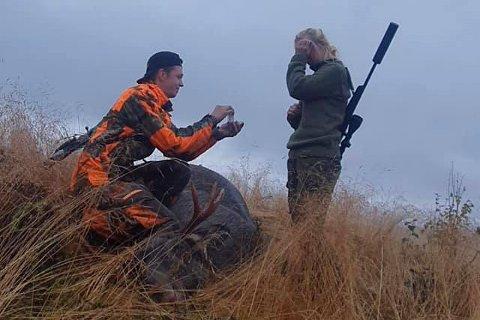 Stian Edvin Tjolmen fra Hattfjelldal gikk ned på kne og fridde til kjæresten Cathrine Aasrum under årets elgjakt.