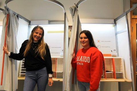 KLAR: Eila Màret Eira og Sofia Valle er klare for å gå inn i hvert sitt avlukke og gjøre unna borgerplikten for første gang.
