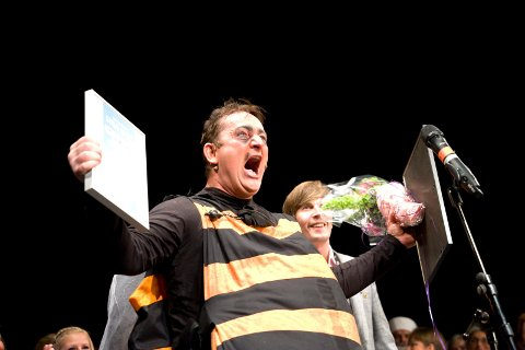 SEIERSBRØL: Knut Alfred Olaussen brølte  da han fikk prisen under fjorårets Fylkesrevyfestival.