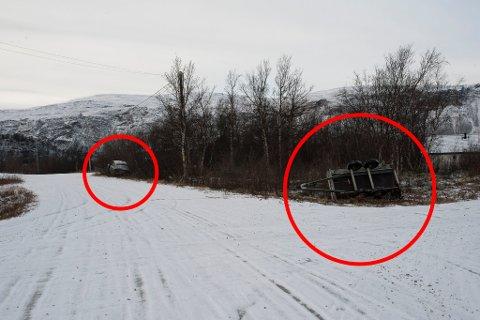 GIKK GALT: Tilhengeren havnet i grøfta i veikrysset, og bilens rullet først til motsatt side av veien før ferden endte i noen trær ved et bolighus.