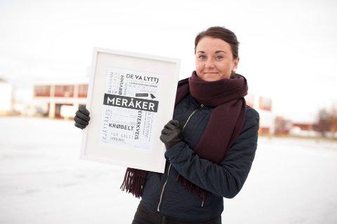 Christina Gjertsen viser fram plakaten.