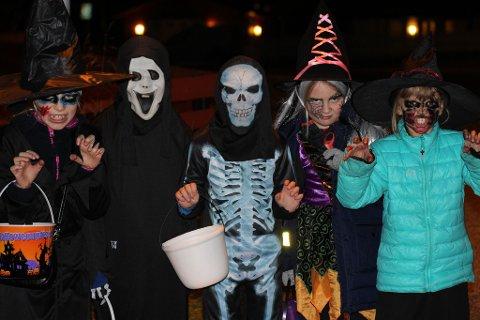 «KNASK ELLER KNEP»: Helmine, Martin, Iver, Elise og Miriam fra Hammerfest er lørdag ettermiddag ute å samler inn godteri i store mengder. – Halloween er det artigste som fins, sier de. Foto: Joakim Teveldal