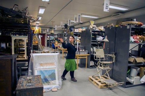 Gjenstandskonservator Daniela Kötter ved Gjenreisningsmuseet for Finnmark og Nord-Troms.