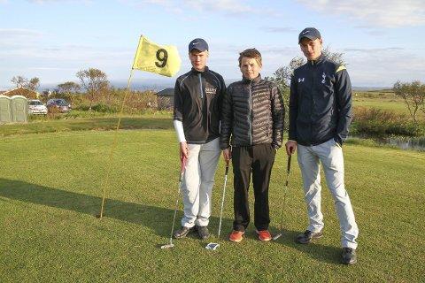 Duellklare: Johannes Betsi (14) og Chris Johan Larsen (13) skal lørdag finne ut av hvem som er best i innendørs golfing. Her er de to fotografert på golfbanen i Kariel, sammen med Adrian Wara (20).