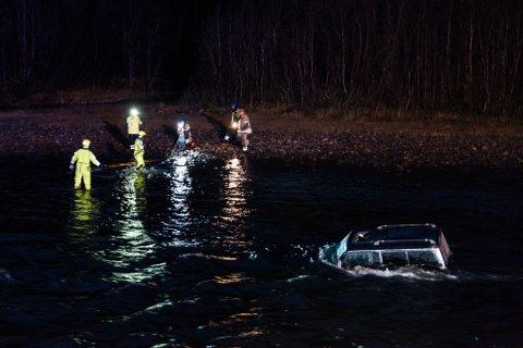 SØKER: Porsanger brannvesen rykket ut til stedet der bilen ble funnet i Lakselva ved Olderøen.